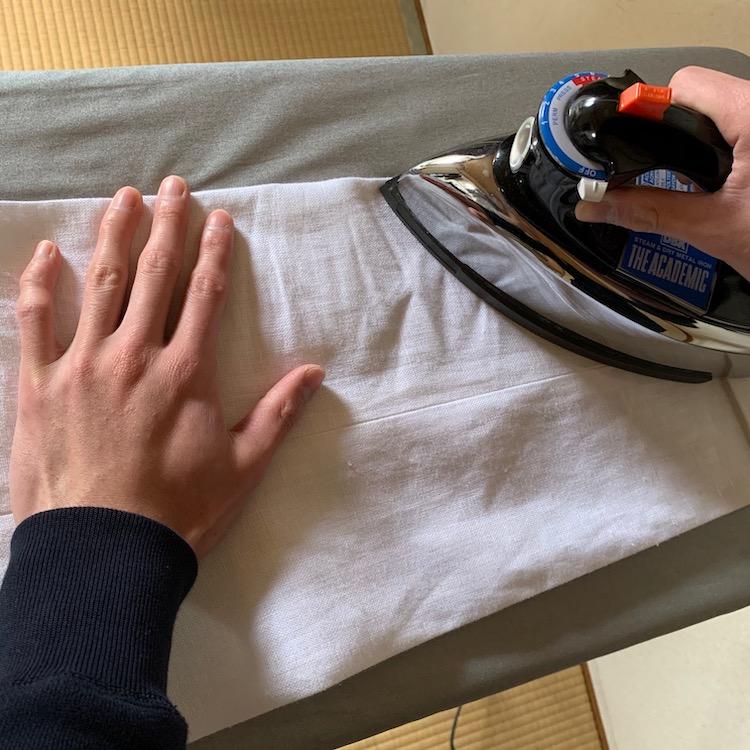 <p>5.アイロンを持つ逆の手で軽く引っ張りながら当てていく。(※実際にかける際には、当て布をしたほうがベター)</p>