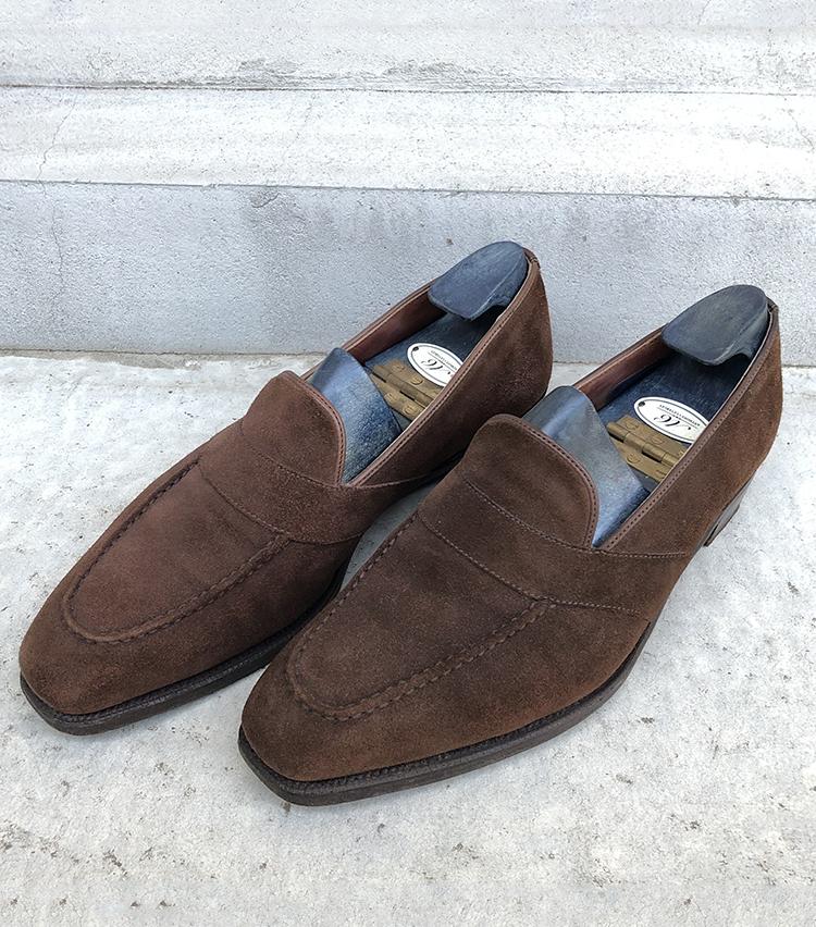 <p><strong>ビームス 立川 森安 央さんの愛用品<br /> ANTHONY CLEVERLEY スエードローファー</strong><br /> 入社後ヘビーに履きまくっていたCROCKETT&JONESのALDERNEYに代わる一足として購入したANTHONY CLEVERLEY。購入時はそれ程ドレスの洋服、靴がなかった為それを買うなら他の物を買った方が良いという先輩スタッフの反対もありましたが、結果的に買っておいて良かったかなと思っています。身分に見合わない高級シューズで現在年に数回しか履いていませんが、手放せない一足です。<br /> <a href=