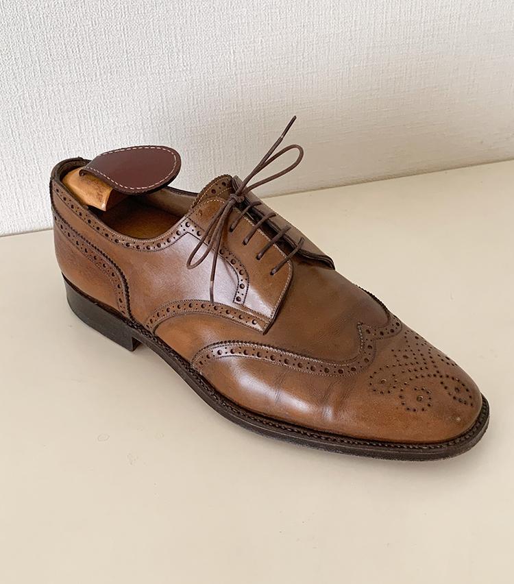<p><strong>ビームスF 関 哲朗さんの愛用品<br /> ENZO BONAFE フルブローグ・ダービー</strong><br /> フルブローグ・ダービー2001年に購入した懐かしの1足。イタリアの木型が馴染まず、随分と苦労して履いた靴です。<br /> <a href=