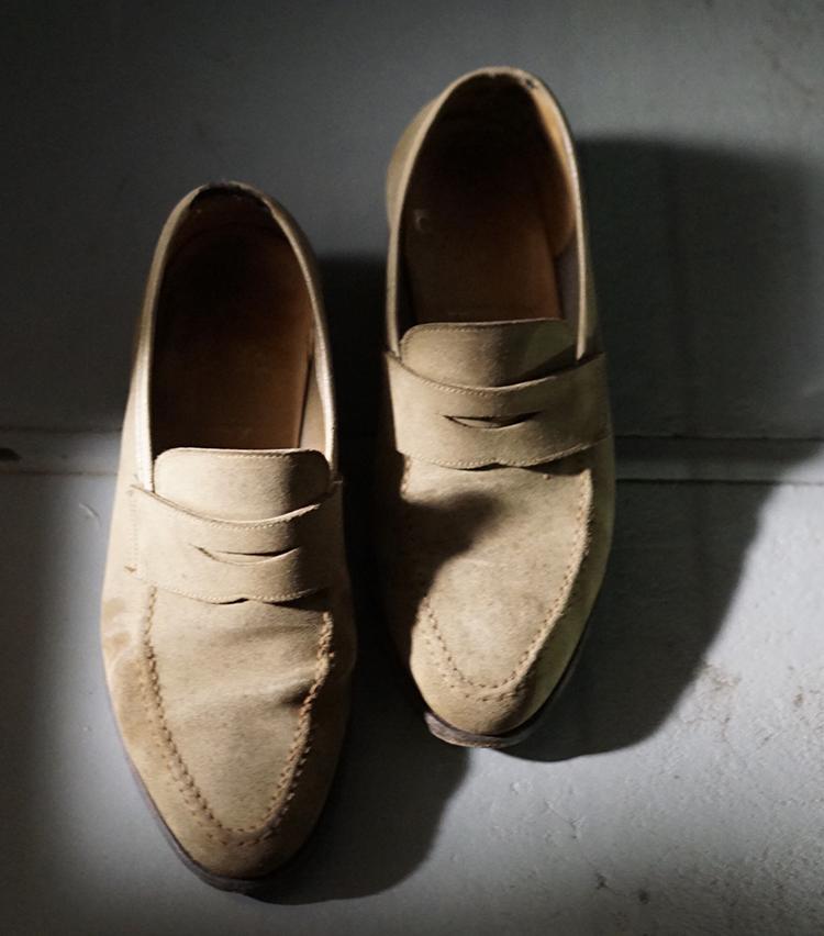 <p><strong>ビームス 二子玉川 小林 俊さんの愛用品<br /> Crockett & Jones 「CAMDEN」コインローファー</strong><br /> 通勤2時間かけて通っていたアルバイト入社当初、初めて購入した本格靴。アンラインニングで柔らかい靴とはいえ、革靴に慣れてない自分は靴づれを起こしてしまい、最寄駅から家まで裸足で帰ったのは良い思い出です。<br /> <a href=