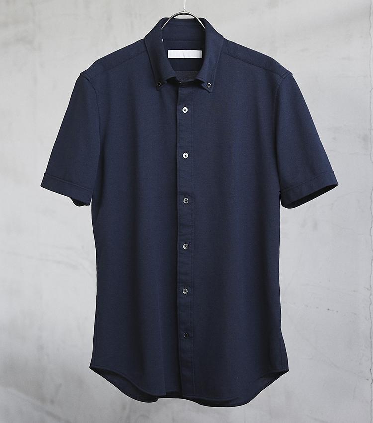 <p><strong>「ボタンダウン」タイプもあり!</strong></br>ボタンダウンカラーの半袖シャツは、あえて襟のボタンを外してこなれ感を楽しむもよし。「ハイドロ銀チタン®」のボタンダウン半袖シャツ。ネイビーの他、ホワイトとブルーを展開。1万2000円/エストネーション</p> <p><a class=