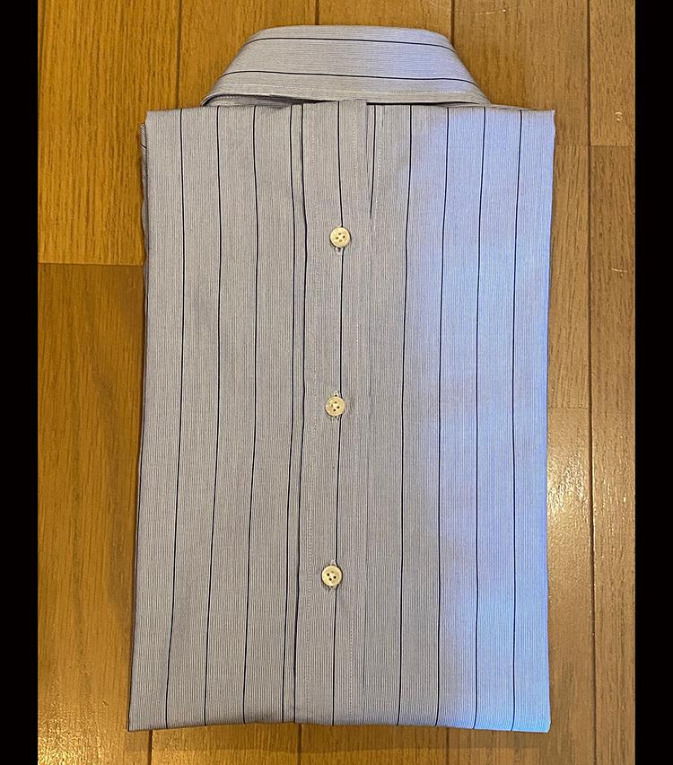 <p>⑧襟からはみ出た分の裾を少し折り畳み、畳み込んだシャツの中に入れる。</p>