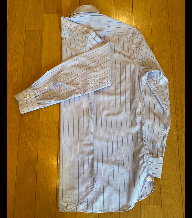 <p>④③で逆側に折り返した袖をもう1度逆側に折り返す。</p>