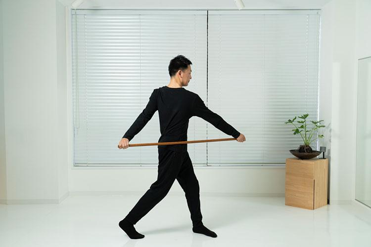 <p>腕がぶらんぶらんと振られるような感覚で、左右に腰をひねる。</p>