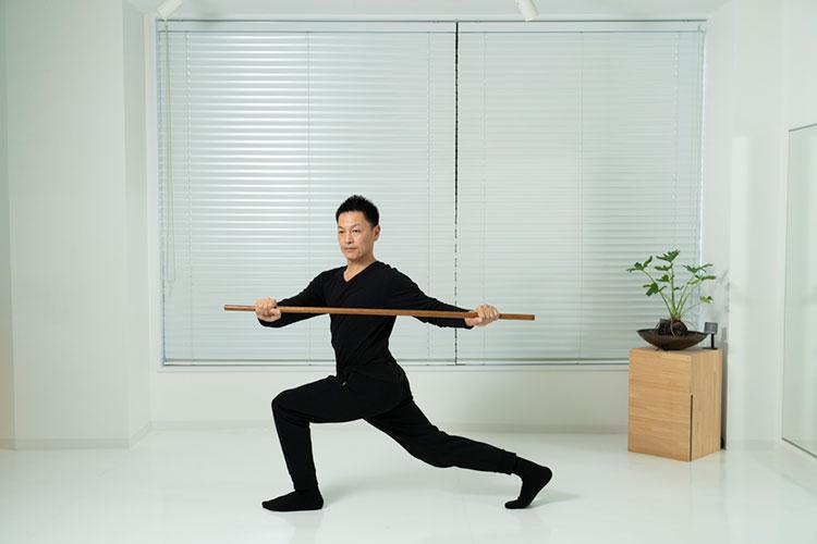 <p>膝を起こしながら、身体を左へねじり、元の姿勢に戻すを繰り返す。</p>