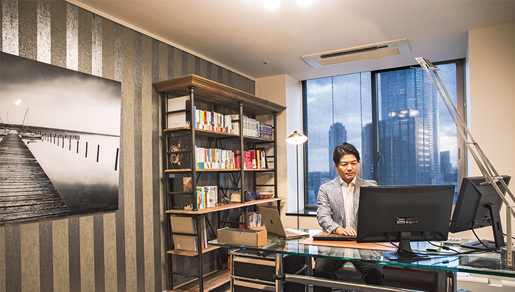 「弁護士ドットコム」の元榮太一郎さんに自宅の仕事部屋を見せてもらった