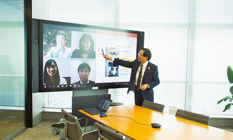 <p>Web会議では積極的なアイデア交換が行われる。海外との会議も多い。</p>
