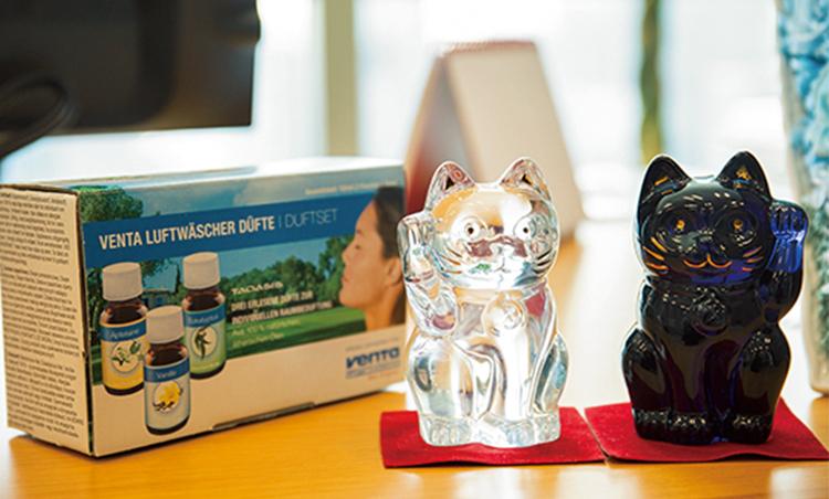 <p>バカラの招き猫の横にはお気に入りのドイツ製アロマオイル。「空気清浄機とともに用いて香りでの気分転換も。リラックスします」。</p>