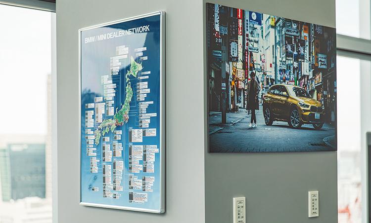 <p>デスクから一番近い柱には全国のディーラーが記載された日本地図。頻繁に更新され、ワンチームであることを常に意識。</p>