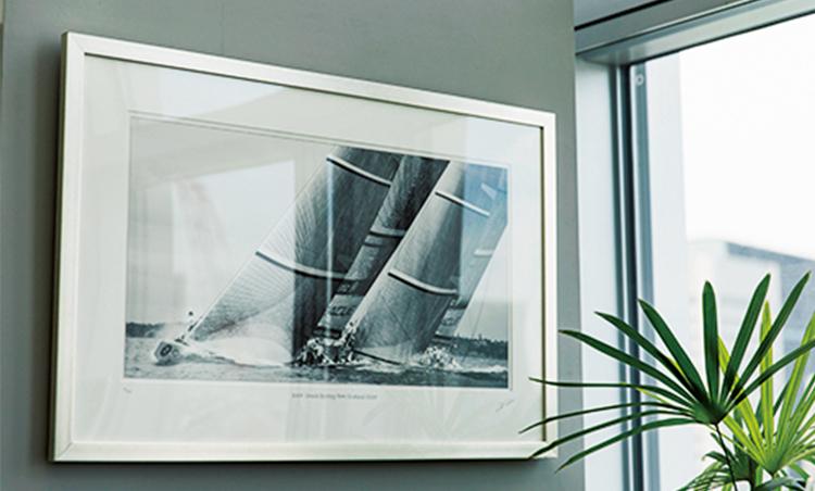 <p>さりげなく飾られるのは自身の趣味としても熱を入れるヨットの写真。</p>