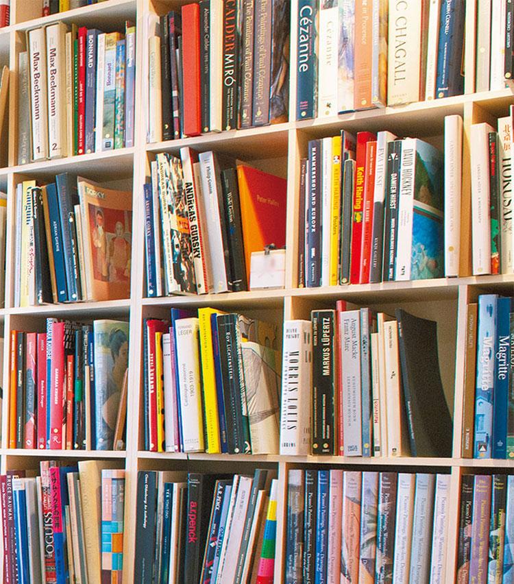 <p>本棚は一杯に詰め込んでもたわまない頼れる設計。隣の部屋にも本棚が進出。</p>