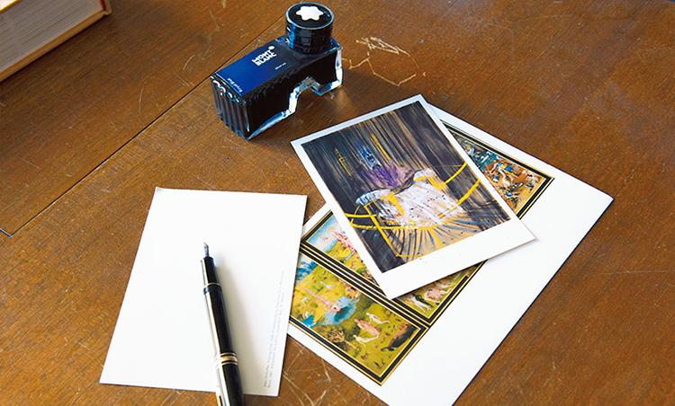 <p>大切な方には折々に万年筆による手書きの手紙を送る。アート作品のポストカードをコレクションしている。</p>