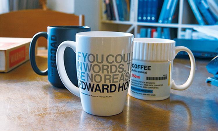 <p>マグカップは、「全てを文字で表現できるのであれば絵を描く必要がない」という愛用句が記されたエドワード・ホッパーのものなど。</p>