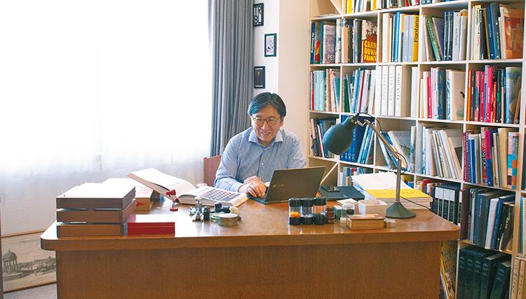 サザビーズの石坂会長兼社長が過ごす「自宅の仕事部屋」を拝見!