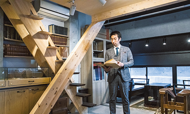 <p>歴史的資料を収めた書庫やその上階に続く茶室も、独創的アプローチで設計。</p>