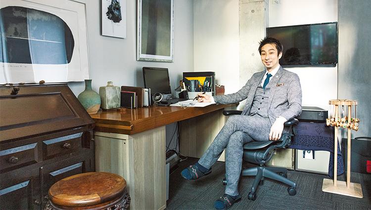 自分で設計した空間、作った小物に囲まれた社長室の居心地は?