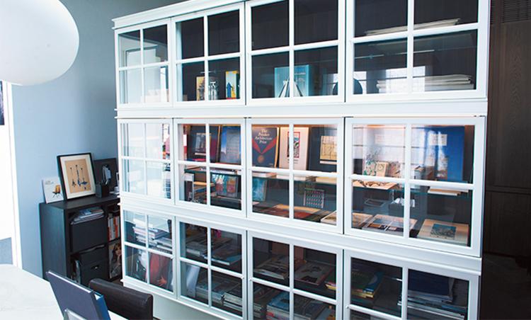 <p>アルド・ロッシがデザインしたモルテーニ社の本棚。建築デザインの貴重な資料を収めている。</p>