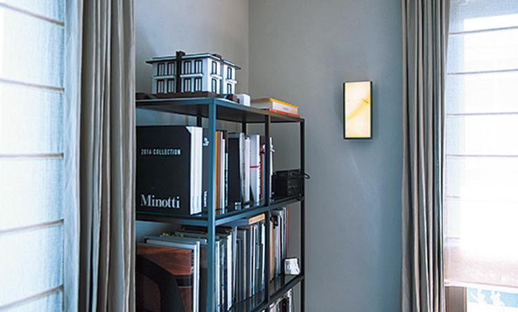 <p>IKEAのシンプルな本棚など、特注家具ばかりでなくデザインの優れた既製品も活用。</p>