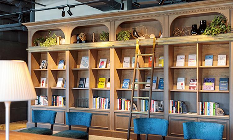 <p>イノベーションの本を置く本棚は創造力の源に。</p>