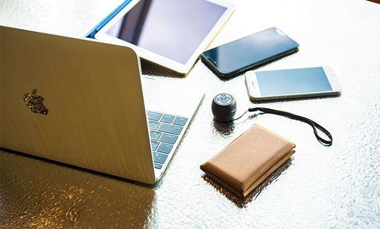 <p>ノートPC、タブレット、スマホ2台、名刺入れと携帯スピーカー。これだけあれば、どこでもオフィス空間に。</p>
