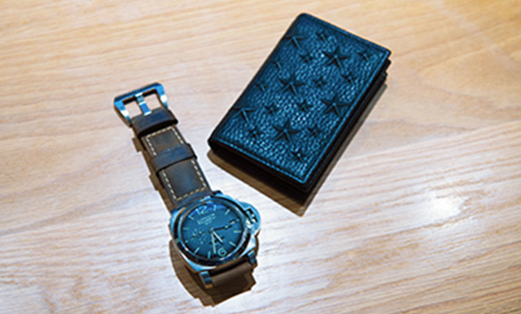 <p>パネライの腕時計は革製のベルトに付け替えて。ジミーチュウの名刺入れは型押しに遊び心が。</p>