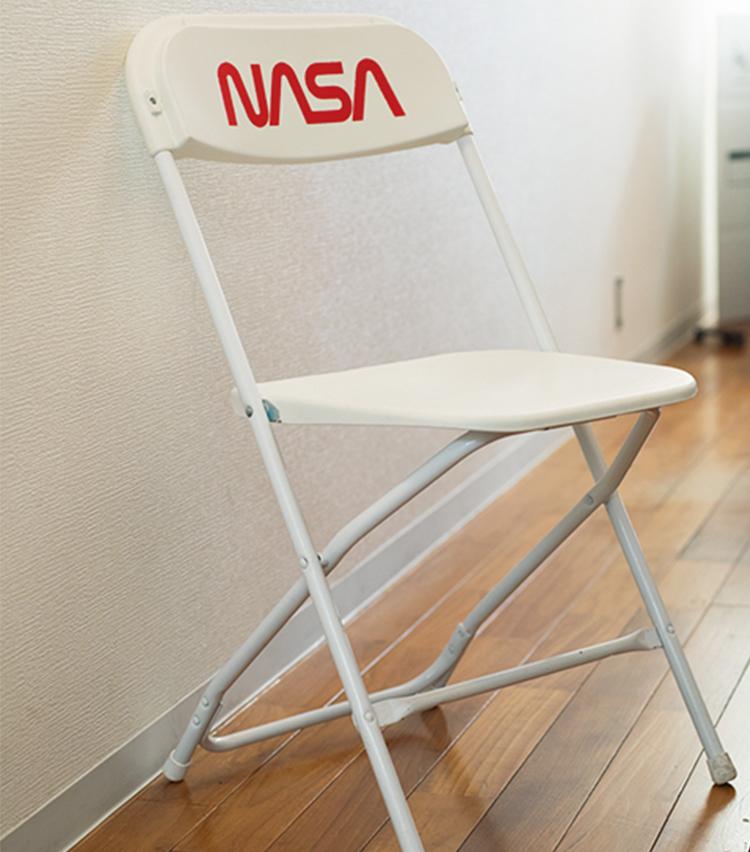 <p>トム・サックスの椅子も日常的に使用。</p>
