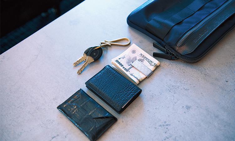<p>FAROの名刺入れとカードケース、エルメスのマネークリップ等をポケットに。出張にはPCが加わることも。</p>