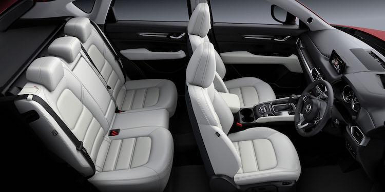 <p>フロントシートは体幹をしっかりと支え、安定感と快適性を高めた仕立てに。リアシートにもリクライニング機能を備えている。</p>