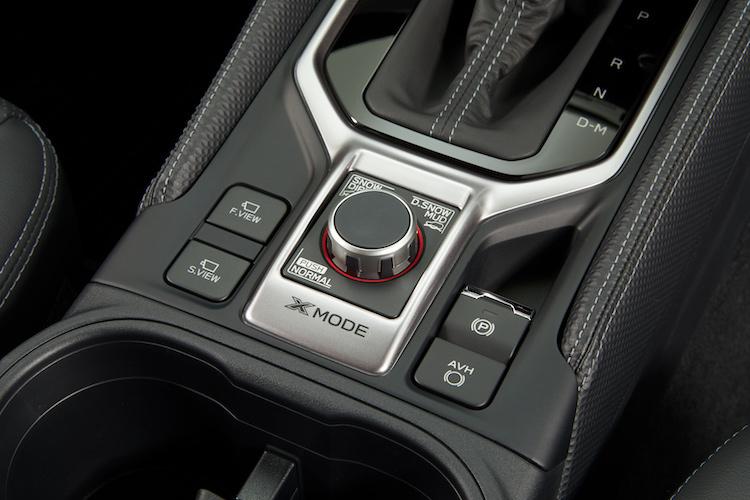 <p>センター部にはX-MODEのコントロールを配置。ドライブアシスト機能のSIドライブも装着されている。</p>