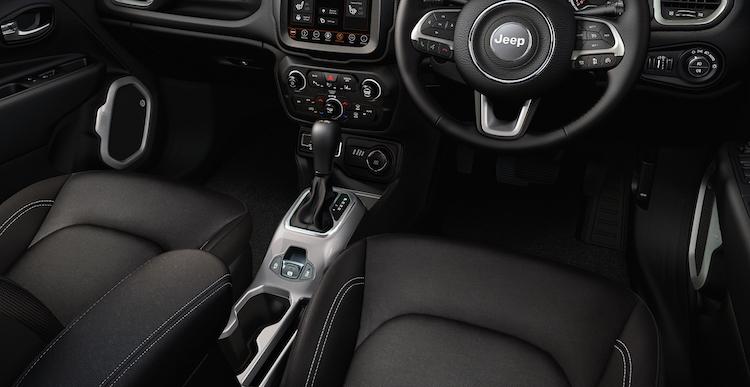 <p>ロンジチュードは今回のマイナーチェンジで安全装備を充実、車線逸脱警報や衝突被害軽減ブレーキ付き前面衝突警報が追加された。</p>