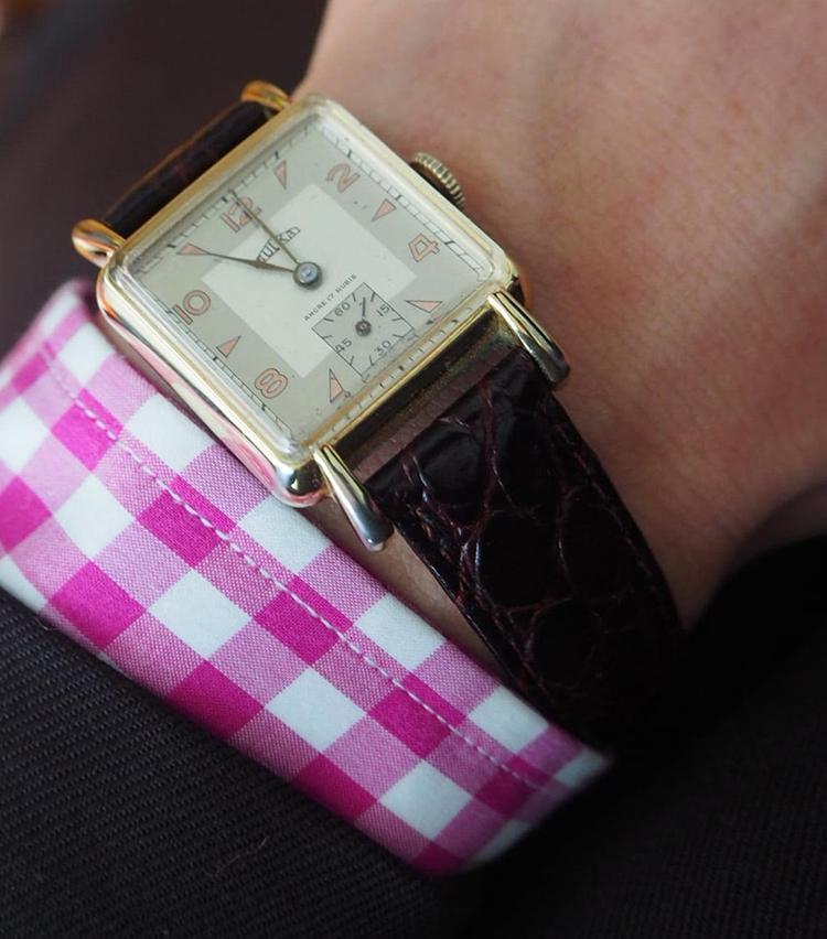 <p><strong>ビームス 銀座 鶴田 啓さんの愛用時計<br /> A.Sulka & Campany/50's VINTAGE</strong><br /> 「アメリカの政財界やハリウッドに多くの顧客を抱えていたアパレルブランドのもの。一応スイスムーブメントですが、時計専業メーカーのものではありません。雰囲気重視です。(実際には1950'sですが)1940年代風のケースデザインや不思議と感じるパリっぽさを気に入っています」<br /> <a href=