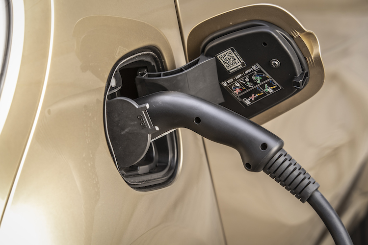 <p>欧州の場合、22kWの3相ACであれば残量10%から約40分以下で80%まで充電可能とのこと。</p>