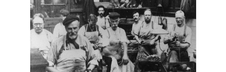 <p>1881年にノーサンプトンで創業。当初からミリタリーブーツを製造し、軍需産業と結びついて規模を拡大していった。</p>