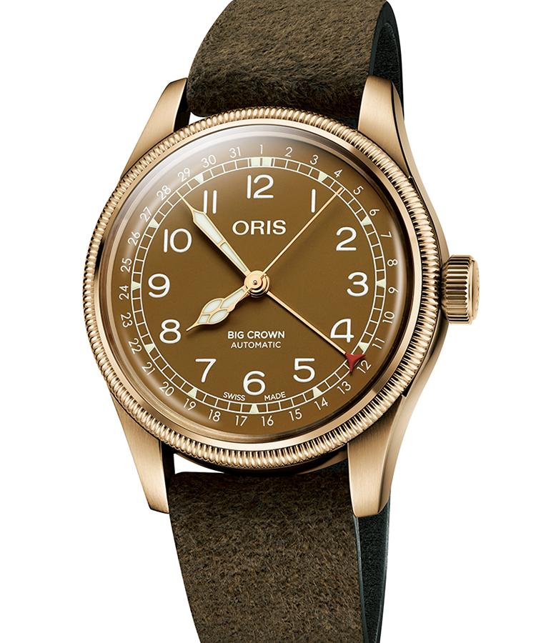 <p><b>ORIS</b> オリス</br>ビッグクラウン ブロンズ ポインターデイト</br><b>ヴィンテージ感を高めるオール・ブロンズ</b></br>古典的な外観は、1938年に誕生した航空時計に範を採る。この時初搭載したポインターデイトは、今もオリスを象徴する機構の1つ。ケースに加え、ダイヤルもブロンズ製に。特殊な化学処理と透明なマットコーティングとを施したダイヤルは、独特の風合いを持つブラウンカラーを浮かべている。自動巻き。径40mm。ブロンズケース。ゴートレザーストラップ。22万円(オリス・ジャパン)</p>