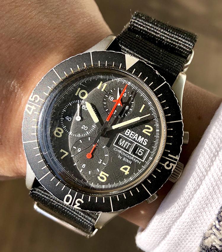 <p><strong>平間さんの愛用時計(2)<br /> ジン/156.B,MILITARY</strong><br /> 「当時流行の【デカ厚】本当はPANERAIが欲しかったのですが、高嶺の花でした。そこに入荷したSINNという聴き慣れないブランド。BEAMSとのダブルネームで即座に購入。高架下のミリタリーショップで、NATOバンドを購入し即交換。かなり愛用した愛着のある1本です」<br /> <a href=
