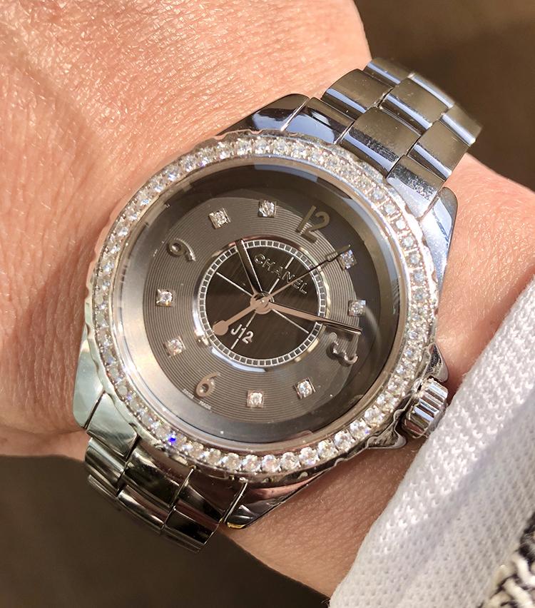 <p><strong>平間さんの愛用時計(4)<br /> シャネル/J12 CHROMATIC</strong><br /> 「J12 セラミックにチタンをブレンドしたファインジュエリー。ダイアモンドベゼルですが、全体的に馴染み上品な佇まいが気に入っております。ここぞの時に(いつやねん…)着用しております」<br /> <a href=