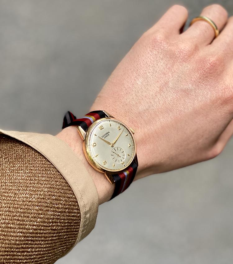 <p><strong>ビームス 銀座 村瀬太郎さんの愛用時計<br /> ユニバーサル ジュネーブ/1960年代のヴィンテージ ラウンド時計</strong><br /> 「小振りなラウンドケースで1950~60年代のものを探していた時に出会った一本。普遍的な趣きとゴールドケース×シルバーダイヤルという点に惹かれて購入しました。偶然にもプリモ・グエレチレーナさんと同じモデルで会食の場で話が弾んだ思い出があります。アンティークと呼べるようになるまで使い続けたいですね」<br /> <a href=