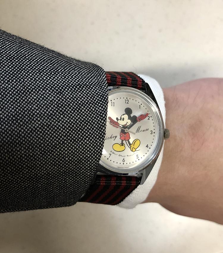 <p><strong>ビームスハウス 丸の内 阿由葉銀河さんの愛用時計<br /> セイコー×ミッキーマウス/1970's SEIKOヴィンテージ</strong><br /> 「1970年代の、SEIKOとミッキーマウスのコラボの時計です。今もこの手の時計は良く見かけますが、そこにいるミッキーよりもなんだかシュッとしていて可愛すぎないミッキーが両手で時間を示してくれます。クラシックなスーツの袖元からチラッとミッキーが見えたら茶目っ気があって良いな、なんて思い、スーツスタイルの時に良くつけている一本です」<br /> <a href=