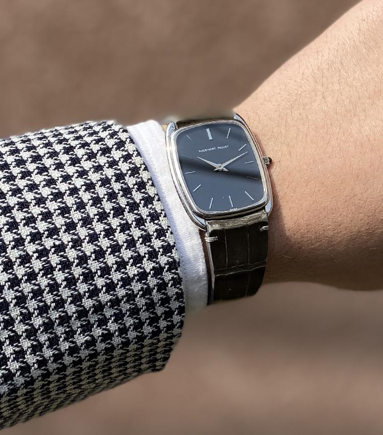 <p><strong>間瀬さんの愛用時計(2)<br /> オーデマ ピゲ/1970年代 オーバル ホワイトゴールド</strong><br /> 「僕にとって唯一の装飾品が時計です。AUDEMARS PIGUETがアンティークウォッチの市場でまだそこまで高騰していない事、オーバル型がちょっと新鮮かなと思った事、ホワイトゴールドやプラチナ製が放つ存在感に惹かれていた事から、この時計を選択しました」<br /> <a href=