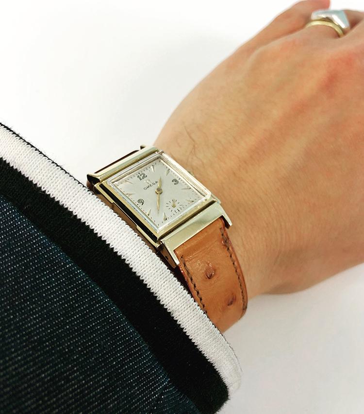 <p><strong>ビームス ハウス 梅田 梶谷 健太さんの愛用時計<br /> オメガ/1950年代</strong><br /> 「50′s OMEGAのレクタンギュラーケース。エルメス社のオーストリッチベルトに変更しており、ゴールドとオーストリッチの茶系の色のコンビネーションが気に入っています。夏場にかけてのコロニアルスタイルに合わせたいと思っています」<br /> <a href=