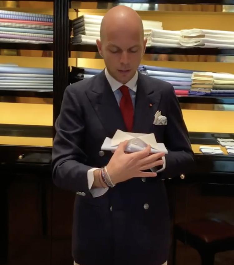 <p>ワイドカラーでネクタイをする場合はノットは大きめに。</p>