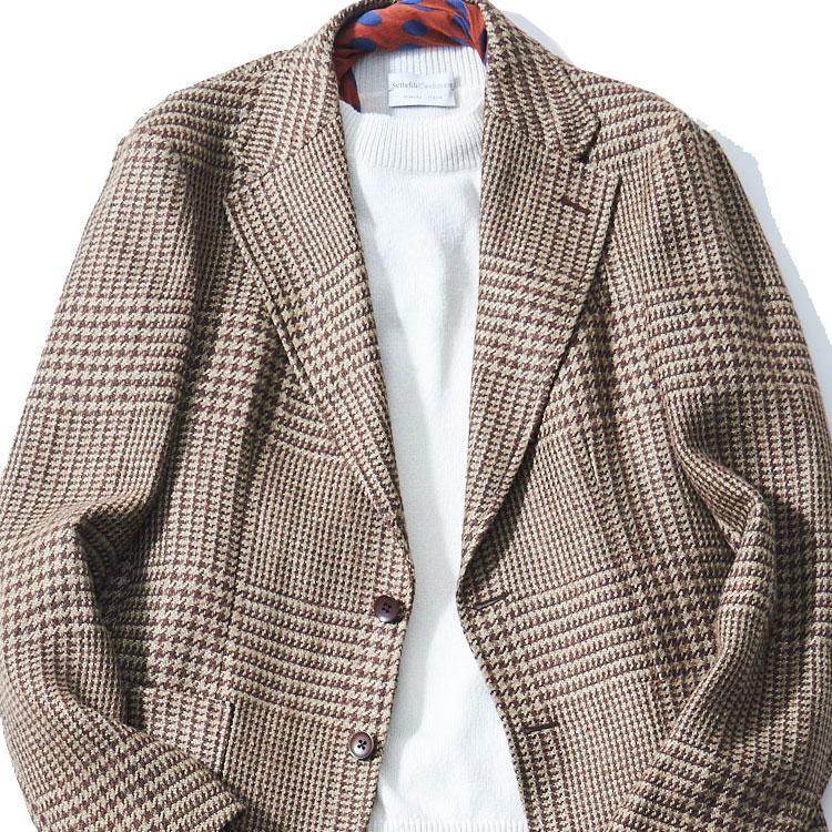 <p><strong>1位<br />休日ジャケットを上品に着こなすコツ【1分で出来るスーツのお洒落】</strong><br />休日にノータイでジャケットを着るとき、上品に見せるにはどんなインナーを合わせたらよいか? 写真のようなハイゲージのクルーネックニットは、襟付きのシャツよりもカジュアルな感じでありつつ、襟元が詰まっているので決してラフすぎず、上品な雰囲気になる。ここに柄のスカーフをチラリと覗かせれば、さらに洒脱な胸元が完成。<small>(2020年4月号掲載)</small></p>