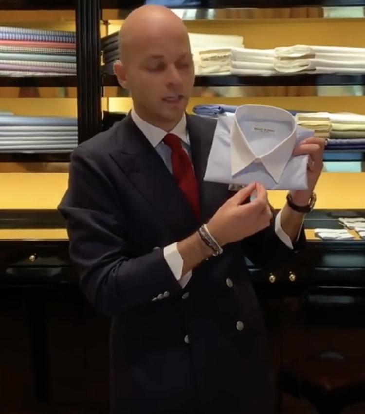 <p>ナローカラーではネクタイのノットをかなり小さめに。</p>