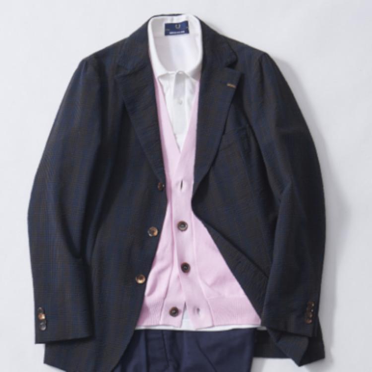 <p><strong>4位<br />休日ジャケットを上品カジュアルに着こなすコツ【1分で出来るスーツのお洒落】</strong><br />仕事で着ている紺ジャケットを休日に少し着崩しながら、かつ上品さもキープしたいときはどんなコーディネートがよいか? ベーシックな白ポロを合わせつつ、間にきれいめカラーのカーディガンをレイヤードしてみよう。ポロシャツの襟元はラフでありながら、紺とピンクのコントラストが優しく上品な雰囲気を演出してくれる。<br /> <small>(2020年4月号掲載)</small></p>