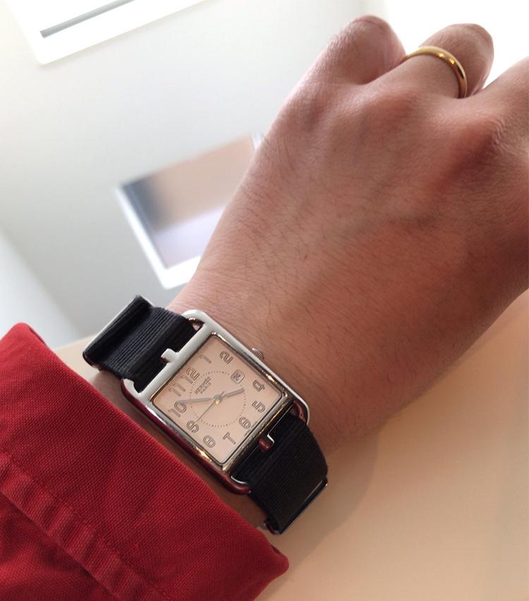 <p><strong>トゥモローランド 丸の内店 高橋京介さんの愛用時計<br /> エルメス/ケープコッド クォーツ</strong><br /> 「妻にエルメスの違うモデルの時計をプレゼントしました。その時に私もエルメスの時計が欲しくなり、後日購入をした時計です。スタイルを選ばず、色々なシーンで使用していますが、私がヴィンテージの洋服をよく着ることから、ベルトはレザーベルトから、ナイロンベルトに交換して自分流でコーディネートに合わせています」</p>
