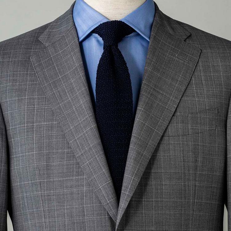 <p><strong>5位<br />紺とグレーでいつもよりモダンな印象に見せるには?【1分で出来るスーツのお洒落】</strong><br />グレースーツでいつもより少しモダンに見せるには、どんなシャツタイを合わせるとよいか? 白シャツだと普通な印象になってしまうので、少し濃いめのブルーシャツを合わせてみよう。ネクタイはネイビーのニットタイでカジュアル感をプラス。グレースーツも、無地でなくシャドーチェックなどにするとさらに奥行きが出る。<br /> <small>(2020年4月号掲載)</small></p>