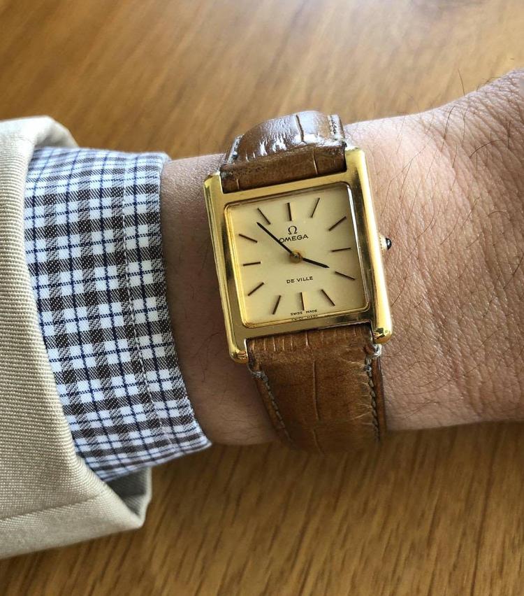 <p><strong>トゥモローランド 渋谷本店 猪瀬亮さんの愛用時計<br /> オメガ/デ・ヴィル(年代不明)</strong><br /> 「テーラーの大先輩から、御守りの代わりにと譲り受けた時計です。ゴールドですが、小ぶりなサイズなので主張が強すぎず、どんなスタイルにも合わせやすく重宝しています」</p>