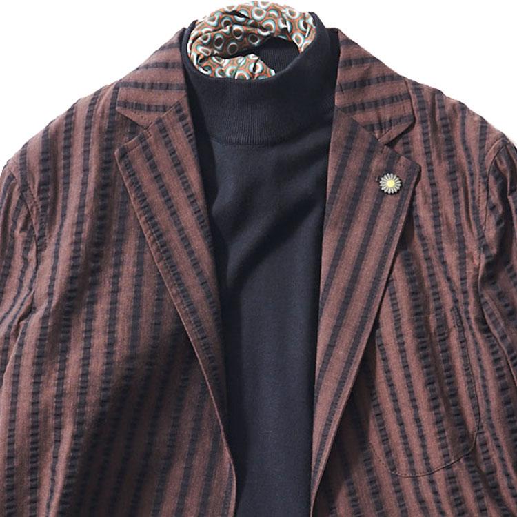 <p><strong>7位<br />「休日ジャケット」ノータイで大人っぽく見せるには?【1分で出来るスーツのお洒落】</strong><br />休日にノータイでジャケットを着るとき、大人っぽく見せるならどんなコーディネートがよいか? シャツだと少し堅さが残るので、ダークトーンのモックネックニットを合わせてみよう。そして襟元にジャケットと同系色の柄スカーフを巻いてチラリと覗かせれば、さらにエレガントで洒脱な印象に。ジャケットは軽やかな素材感のものを選ぶと、リラックス感の中にも品の良い胸元を演出できる。<br /> <small>(2020年4月号掲載)</small></p>
