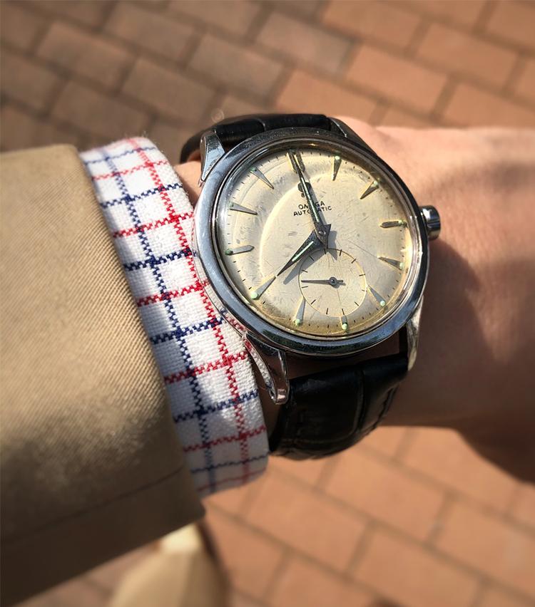 <p><strong>トゥモローランド 渋谷本店 森田健翔さんの愛用時計<br /> オメガ /1950年代</strong><br /> 「新社会人になる際に、両親から就職祝いで頂いた思い入れのある時計です。当初は時計の雰囲気に負けてしまっていましたが、ドレスウェアを着るようになった今、スタイルを引き締めてくれる大切なアイテムですダイヤルの焼けた雰囲気とスモールセコンドを備えたデザインが、何歳になっても巻きたいと思わせてくれます。ベルトは黒や茶がしっくりこず、グレイを好んでつけています」<br /> <a class=