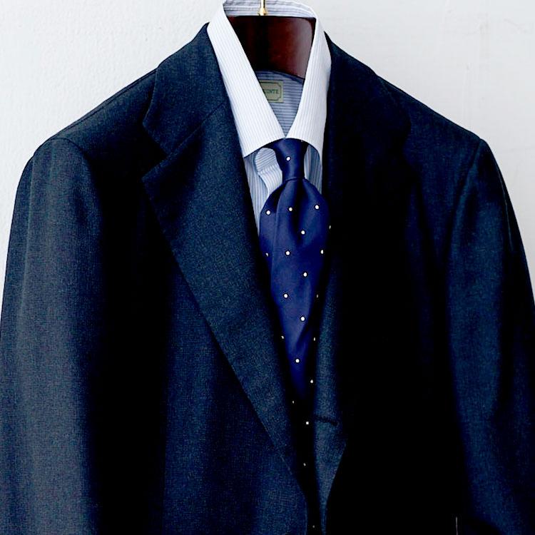 <p><strong>9位<br />柄のシャツとネクタイを合わせるときのコツは?【1分で出来るスーツのお洒落】</strong><br />柄モノのシャツとネクタイを合わせるとき、うるさくならないようにするコツは? 写真のようにシャツがピッチ狭めの細かい逆抜きストライプ柄の場合は、ネクタイの柄は間隔広めのドットにしてバランスを取るとよい。このように、柄同士のピッチをずらすことで、視覚的にごちゃついた印象になるのを避けることが出来る。この「ピッチずらし」の法則は、シャツやネクタイだけでなく、スーツが柄モノになったときも使えるので覚えておこう。<br /> <small>(2020年4月号掲載)</small></p>